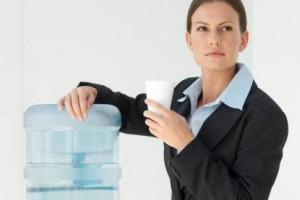 מידי יום, הגוף מאבד מים דרך השתן ובלוטות הזיעה, גם כשאדם אינו מזיע. לכן יש צורך לחדש באופן קבוע את מלאי הנוזלים האבודים, ולא, משקאות קלים, אלכוהוליים או המכילים קפאין […]